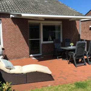 Terrasse mit Sitzecke, Markise und Liege